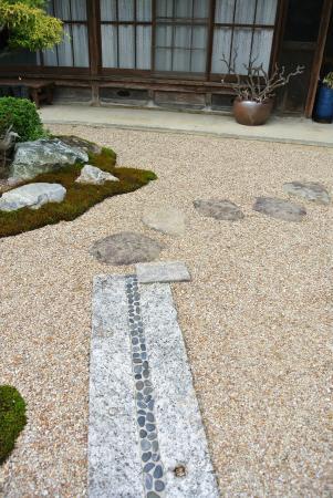 枯山水とは水を使わずそれ以外のもので水の流れを表現した庭のこと ...