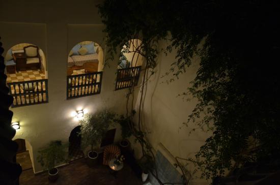 Riad Le Coq Fou : Vista del terrazzino e del cortile