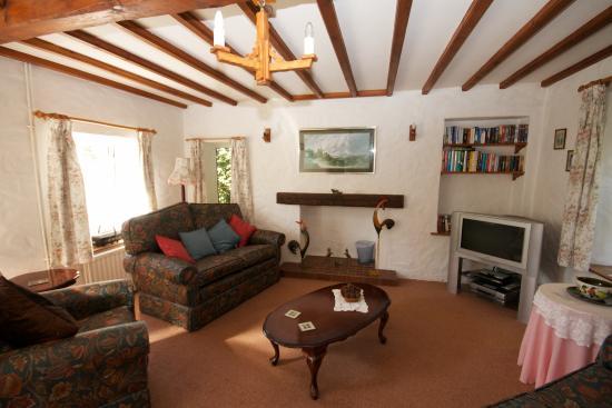 Clifftop Cottages: Le Petit Manoir lounge