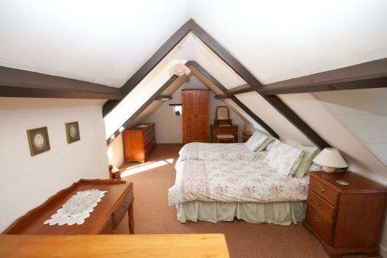 Clifftop Cottages: Le Petit Manoir bedroom