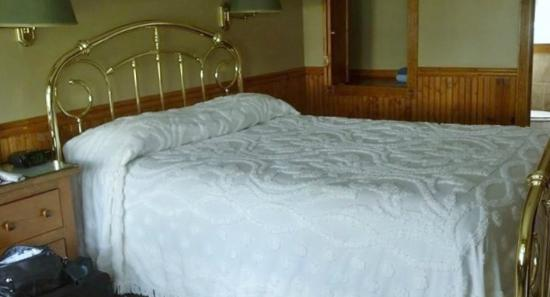 Myer Country Motel: I wish I could have taken the bed home