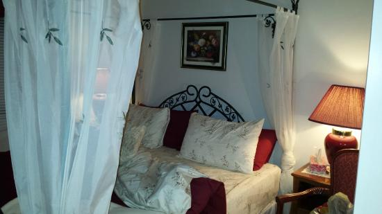 """Cote St-Hermas Gite au vignoble : la chambre romantique (il y a """"rose"""" dans le nom)"""