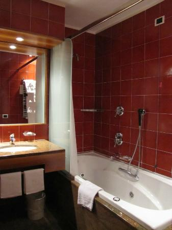 Michelangelo Hotel: Jacuzzi tub with shower