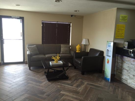 Webster City, IA: Sitting area in lobby