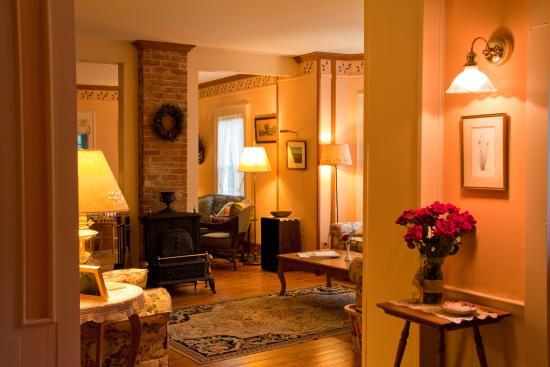 The Crocker House Country Inn: parlor