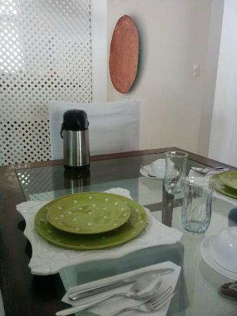 Pousada Casa de Paraty: Café da Manhã - Detalhe das louças, troca de cores e formatos. Um charme a parte! Encantador.