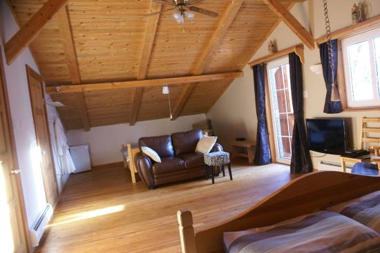Alpenglow Bed and Breakfast: Kootenay room, sleeps four, private deck, TV/DVD, private ensuite bathroom