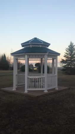 Lake Breeze Motel Resort: Gazebo looking at Lake on grounds