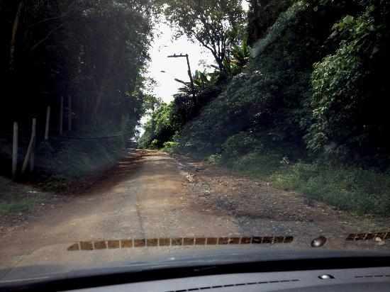 Itapecerica da Serra, SP: Foto da melhor parte da ladeira da estrada de terra, pois o resto é terrível. Carro baixo arrast