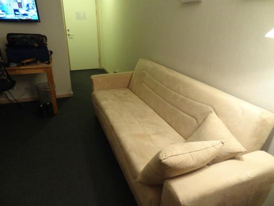 Skjoldbjerg Garnihotel: The couch in our room