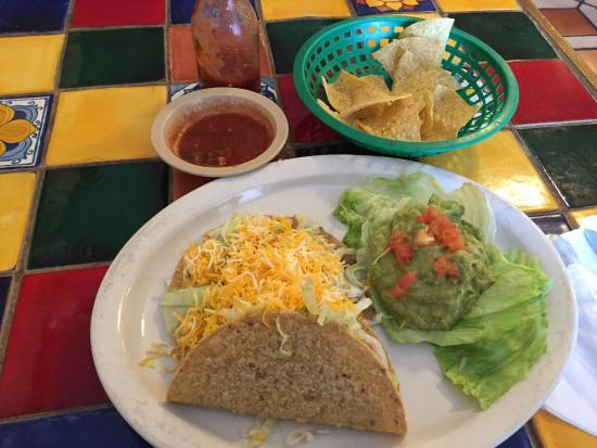 Casa Blanca Cafe: Their yummy guacamole salad, served with a taco, and tostada.