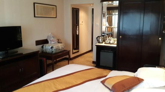 New Era Hotel Kunming : Room interior