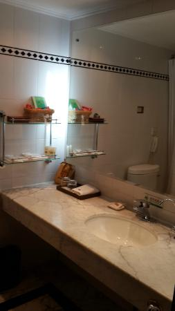 New Era Hotel Kunming : Bathroom