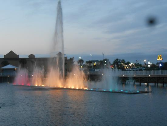 Laketown Wharf Resort: Nightly water and light show