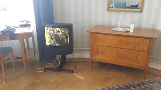 Hotel Esplanade: Old - small TV - could hardly see picture from Sofa location