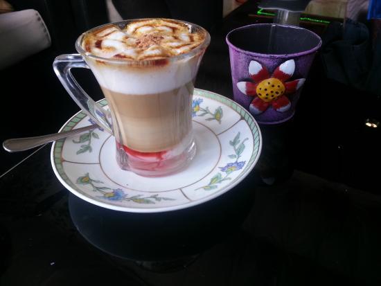 La barra del local. - Picture of Cafe El Jardin de las Flores ...