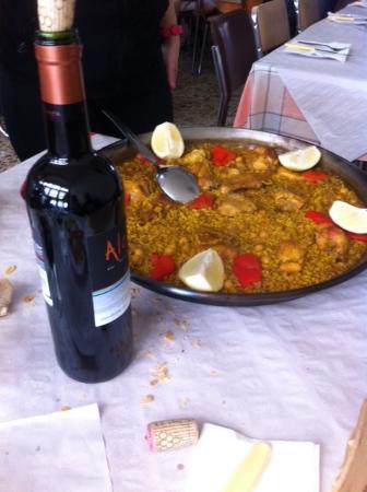Bar Maria: Paella y vino de la casa
