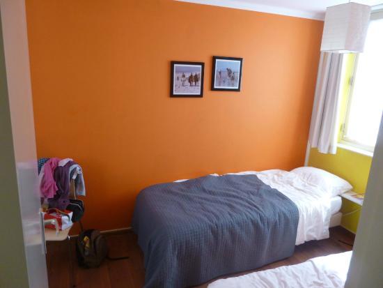 Old City Amsterdam Bed & Breakfast: chambre du fond avec 2 fenetres dont une avec vis a vis tres proche