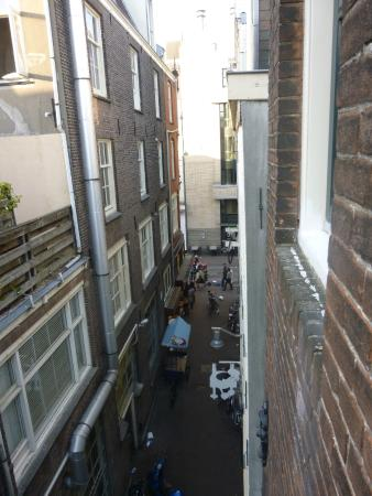 Old City Amsterdam Bed & Breakfast: Vue de la rue adjacante donne dans une rue principale proche de la place Du dam