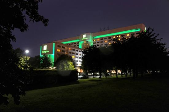 Holiday Inn London-Heathrow M4, Jct. 4: Hotel at night