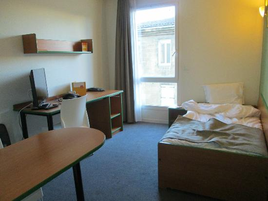 Adagio Access Bordeaux Rodesse: Habitación con cama nido, escritorio y mesa para comer