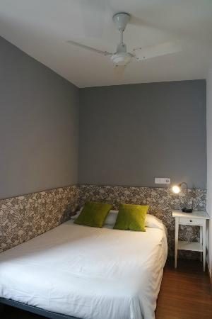 Hostal NITZS BCN: room with own bathroom