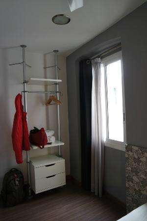 Hostal NITZS BCN: wardrobe in the room