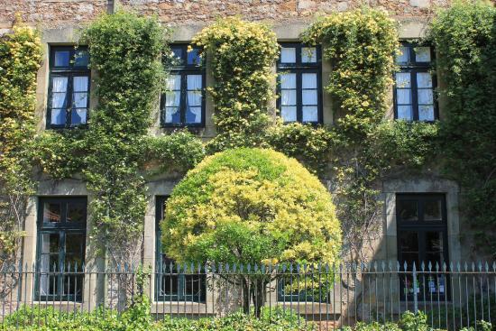 Hotel Casona El Arral: Fachada principal.Primavera