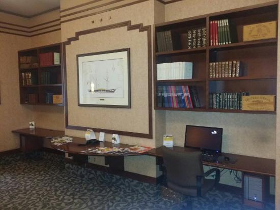 Hotel Royal William: Library/business corner