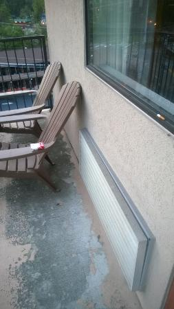Sleep Inn & Suites: cigarettes on the window sill and chairs