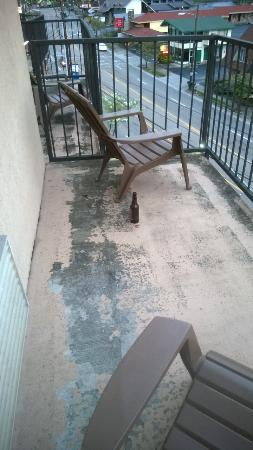 Sleep Inn & Suites: Beer bottle next to the patio chairs