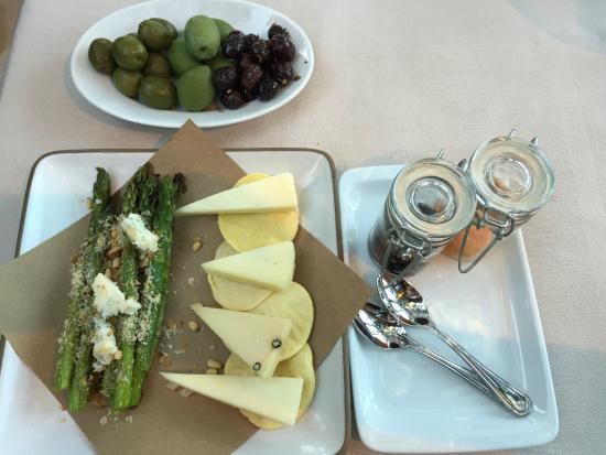 Alto ristorante e bar: Antipasti: Olive tree, Grilled asparagus, & Pecorino cheese assortment