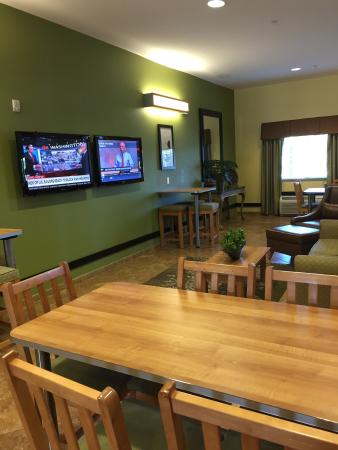 Microtel Inn & Suites by Wyndham Opelika : love that they multiple tv's