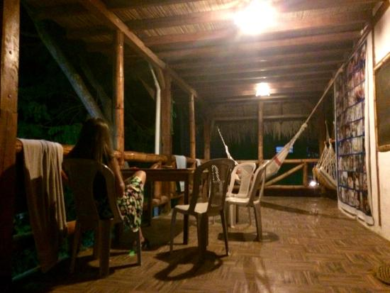 Kon - Tiki Hostal: Hamacas paraguayas en la puerta de las habitaciones.