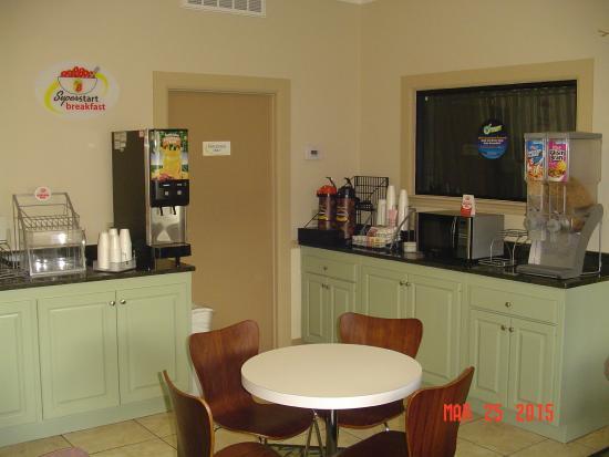 Super 8 Adel: Breakfast Area