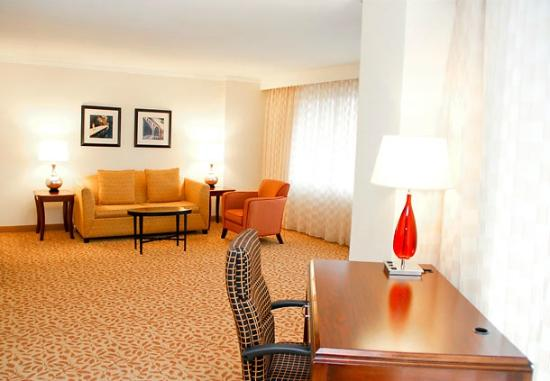Bethesda Marriott Suites: Executive Suite Living Area