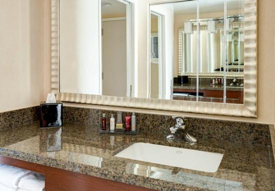 Bethesda Marriott Suites: Guest Room Bathroom