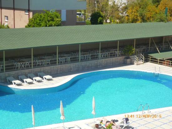 Novia Gelidonya Hotel: Вид из окна номера на бассейн и бар.