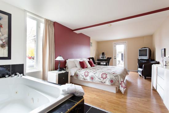 Motel Homeric : Suite lit king foyer et tourbillon