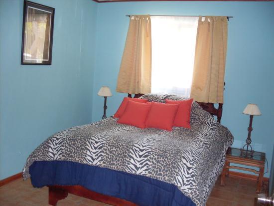 Finca Paraiso Mountain Retreat near San Jose Airport: The Bouganvilla suite with kitchenette