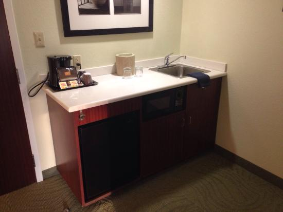 SpringHill Suites by Marriott Providence West Warwick : Wet bar, microwave and mini-fridge in the double bed room.