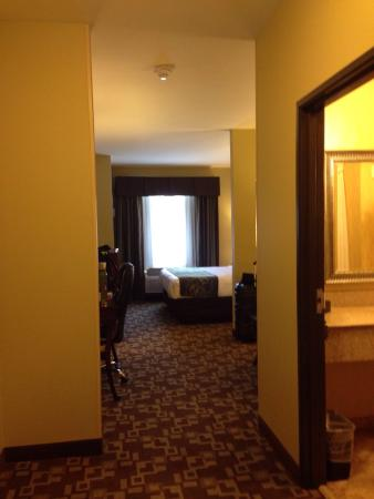 Comfort Suites Near Northeast Mall: Room overview