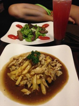 Naga Angkor Hostel: Poutine in the foreground, something delicious in the back.