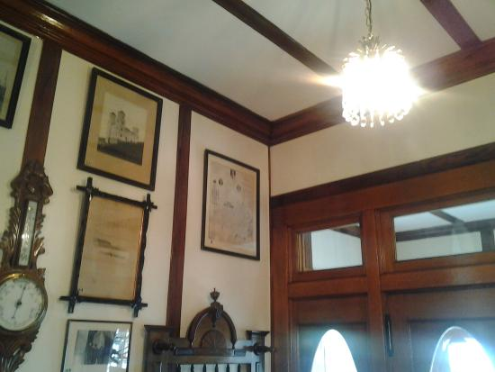 Port Union, Canadá: The Coaker Bungalow was the first house with electricity in NL, fixtures bought at auction, salv