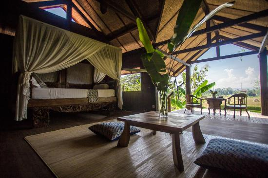 Yabbiekayu Eco-Homestay Bungalows: Beautiful antique bed at bungalow 4