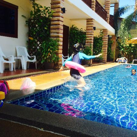Hathai House: children jumping in the pool