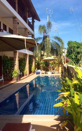 Hathai House : Pool view from entrance
