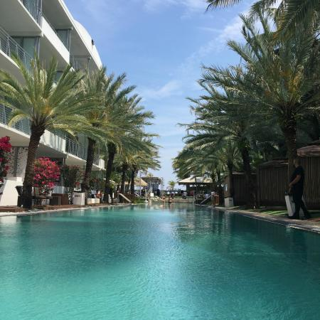National Hotel Miami Beach: pool with cabana rooms. bigger pool in back