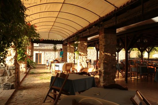 Giardino Donna Lavia: Kreuzgang mit Tischen für Frühstück und Abendessen