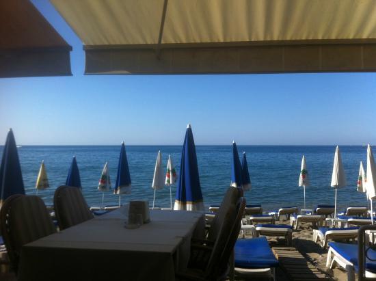 Sun Hotel: Perfekt beliggenhet. PÅ stranden. Her spiste vi frokost hver dag.